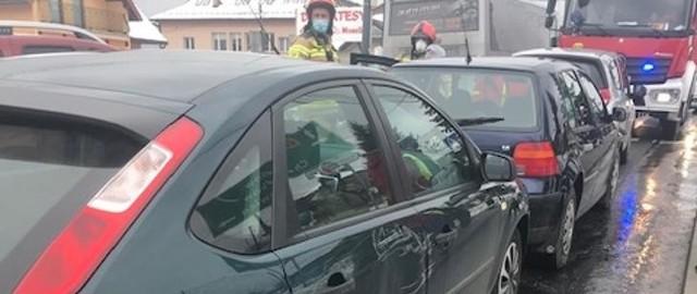 Na drodze wojewódzkiej 966 w Tomaszkowicach pod Wieliczką zderzyły się trzy samochody. Poszkodowana została jedna osoba