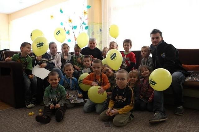 Trener Jan Ząbik i Adrian Miedziński z wizytą w jednym z domów dziecka.