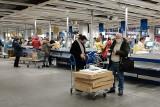 Krakowianie korzystają z niedzieli handlowej. IKEA pełna, kolejki przy kasach
