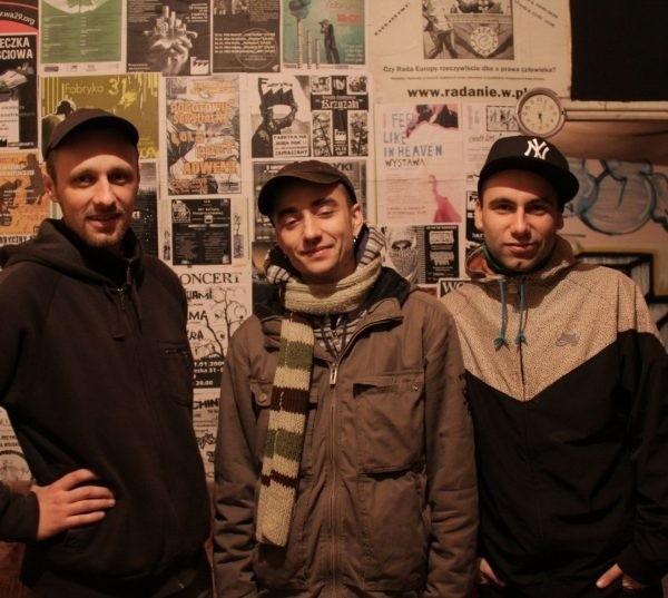 Bartłomiej Pikul (pierwszy z lewej) to pomysłodawca Fabryki. W prowadzeniu stowarzyszenia pomagają mu także Przemysław Niedźwiedzki i Artur Nowak.