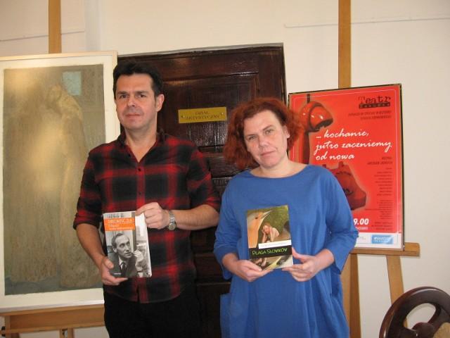 Marcin Kepa i Renata Metzger, dyrektor Resursy, prezentuą nowe pozycje, które będą promowane w Resursie podczas festiwalu.