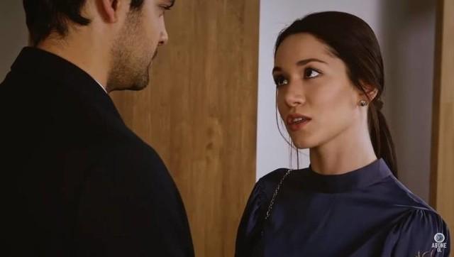Więzień Miłości - odcinek 430 - emisja 13.11.2020Canan czuje podstęp Defne i nakłania Omera i Zehrę, by razem poszli na kolację urządzoną przez Defne. Jej intryga się nie udaje, za to Omer i Zehra świetnie się bawią. Do Kerema przychodzi Ayhan i mówi, że ojciec chce, by Kerem zarządzał firmą.