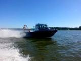 Zalew Siemianówka. Policjanci ratowali rodzinę dryfującą po wodzie w zepsutej łodzi (zdjęcia)