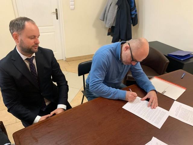 Po lewej burmistrz Działoszyc Stanisław Porada, po prawej członek zarządu firmy Hanoju Polska Jakub Smorąg.