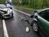 Wypadek między Tarnowem a Tuchowem. Na DW 977 w Piotrkowicach zderzyły się bmw z fiatem cinquecento [ZDJĘCIA]