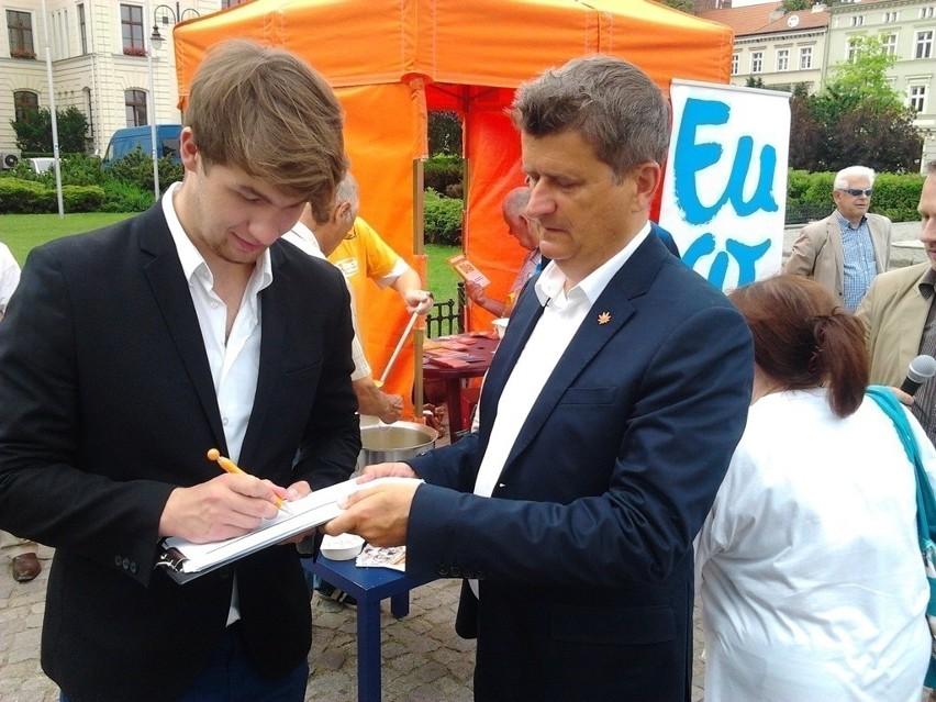 Janusz Palikot w Bydgoszczy rozdawał autografy i zupę [zdjęcia]