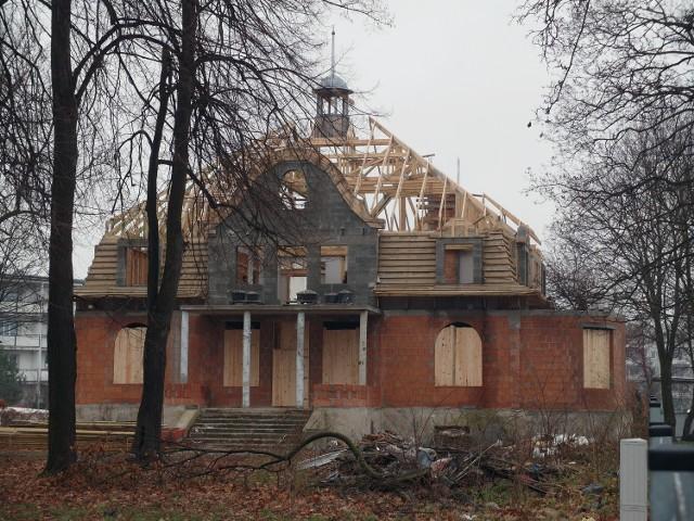 Inwestor odbudował już bryłę stylowej rezydencji Langego. Trwa montaż dachu na willi