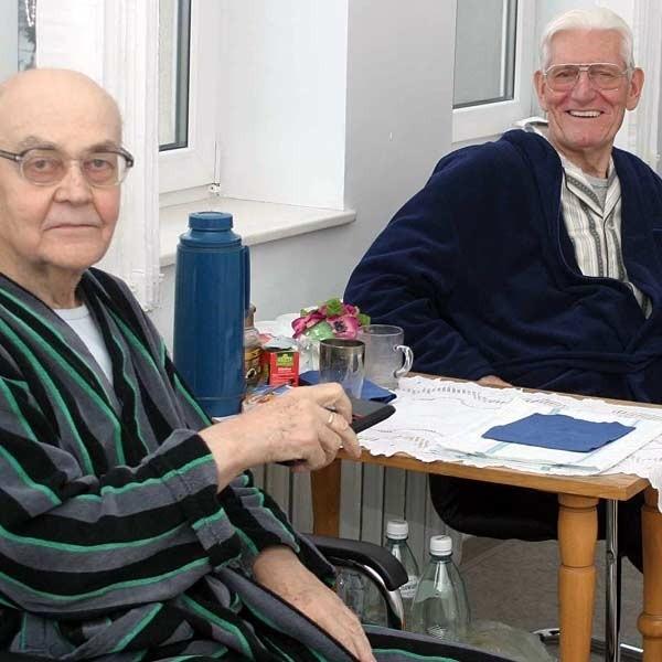 Jan Mach i Kazimierz Dobosz, pacjenci Szpitala MSW w Rzeszowie chwalą sobie pobyt na sali o podwyższonym standardzie. Na razie nie muszą za to dodatkowo płacić.