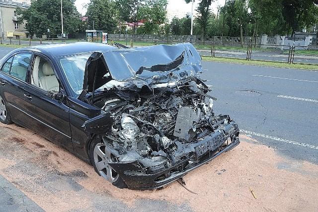 Do wypadku doszło w niedzielne popołudnie (26 lipca) na ul. Broniewskiego, na wysokości numeru 2, na nitce w kierunku ul. Rzgowskiej. Kierowca autobusu 69B podjechał na przystanek, żeby wymienić pasażerów.Zobacz ZDJĘCIA, czytaj na kolejnym slajdzie
