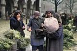 Gorączka świątecznych zakupów! Tak dawniej handlowano choinkami na Rynku Głównym w Krakowie [ZDJĘCIA W KOLORZE]