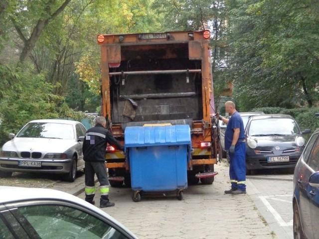 Do śmieciarki najpierw trafiły odpady z zielonego pojemnika (szkło), a potem z niebieskiego (papier). To po cy my segregujemy odpady i latamy z pięcioma workami, jak potem ładowane są do jednej śmieciarki? - pytają łodzianie.