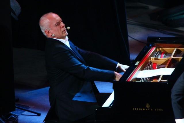 Waldemara Malickiego tego wieczoru oklaskiwano za to, ze potrafi być solistą i komentatorem.