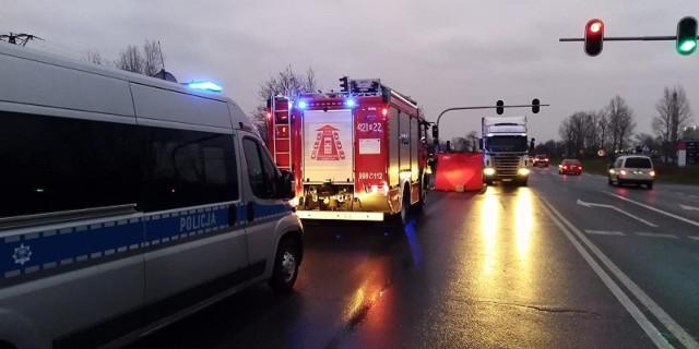 We wtorek (8 grudnia) doszło do tragicznego wypadku w Kutnie. Samochód ciężarowy na drodze krajowej 92 (obwodnica Kutna) potrącił 40-latkę. Niestety, kobiety nie udało się uratować. CZYTAJ DALEJ NA NASTĘPNYM SLAJDZIE