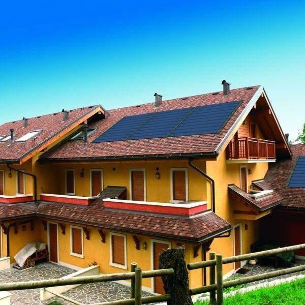 Grafitowy kolor dachówek Tegosolar komponuje się z wszystkimi rodzajami pokryć dachowych