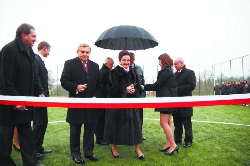 Karolina Kaczorowska i Tadeusz Truskolaski, prezydent Białegostoku wspólnie otworzyli boisko. Obiekt kosztował ok. 500 tys. zł.