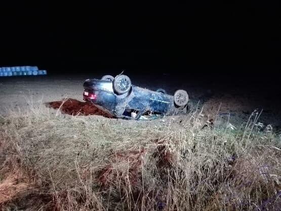 Na trasie ze Staniewic do Tynia (gmina Postomino) doszło do wypadku, w którym dachował samochód osobowy. Zdarzenie miało miejsce w niedzielę, 17 marca wieczorem. W akcji uczestniczyły jednostki Państwowej i Ochotniczej Straży Pożarnej, karetki pogotowia i policja. - Kierujący pojazdem marki Seat Toledo 37-letni mężczyzna na prostym odcinku drogi stracił panowanie nad pojazdem w wyniku czego zjechał na pobocze i wypadł z drogi. Doszło do dachowania samochodu - opisuje nam mł. asp. Kinga Warczak, rzecznik prasowa Komendy Powiatowej Policji w Sławnie. W wyniku zdarzenia obrażeń doznali pasażerowie pojazdu: 28-latek ma zwichnięte ramię, 35-latek ma uraz kręgosłupa oraz 31-latek ma ogólne potłuczenia. Kierowca miał 0,96 promila alkoholu w wydychanym powietrzu. Mężczyzna przebywa w policyjnym areszcie. Jak zapewnia policjantka kierowca na pewno odpowie za jazdę pod wpływem alkoholu. Zobacz także: Śmiertelny wypadek w Mścicach