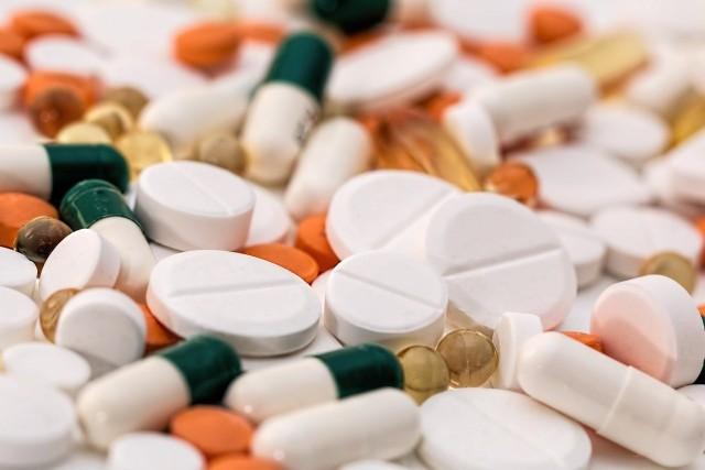 Leki przeciwbólowe. Zawierające paracetamol. Przedawkowanie paracetamolu doprowadza do niewydolności wątroby, a w skrajnych przypadkach do martwiczego uszkodzenia wątroby.