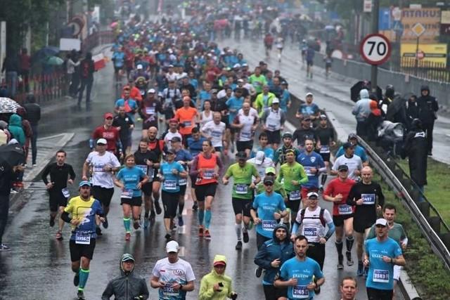 Biegacze na trasie 18. PZU Cracovia Maraton w 2019 roku
