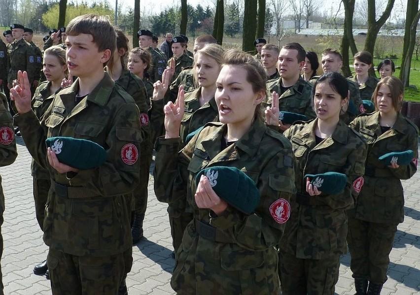 Młodzież chce do wojska. Ślubowania klas mundurowych w Kruszwicy [zdjęcia]