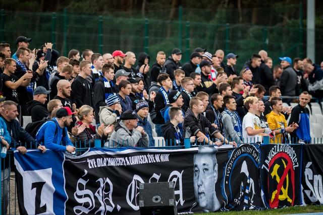 W 12. kolejce IV ligi Zawisza Bydgoszcz przegrał z Kujawianką Izbica Kujawska 2:3. Bramki zdobyli: Tomasz Prejs (33), Patryk Straszewski (65) - Jan Kołodziejski (46), Oleg Tabaka (54), Łukasz Pietrzak (78). Dla zawiszan to była druga porażka z rzędu i siódma w sezonie. Kujawianka wygrała piąty mecz jesienią. Słabe wyniki niebiesko-czarnych spowodowały, że coraz mniej fanów przychodzi na ich mecze.Na kolejnych stronach zdjęcia kibiców oraz fotki z meczu.