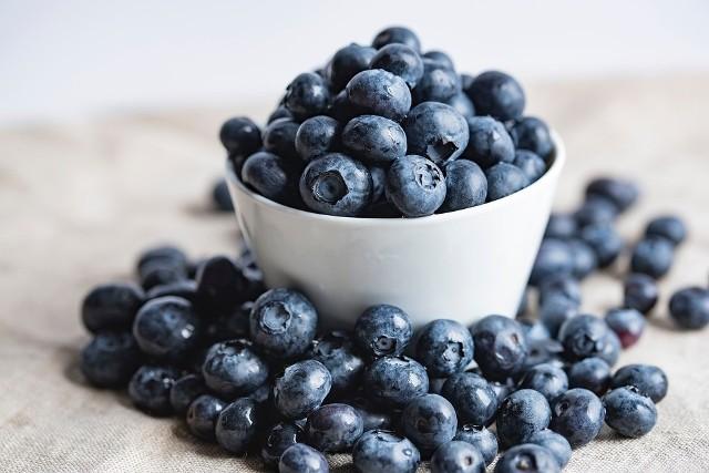 Sezon owocowy już w pełni. Możemy cieszyć się wszystkim sezonowymi owocami, jednak ceny większości gatunków są wyższe niż w zeszłym roku. Wiosenne przymrozki i upalne temperatury wpłynęły na ich ilość. Sprawdziliśmy na kieleckich bazarach przy ulicy Tarnowskiej po ile płacą konsumenci.  Ceny owoców zobaczcie na kolejnych slajdach >>>