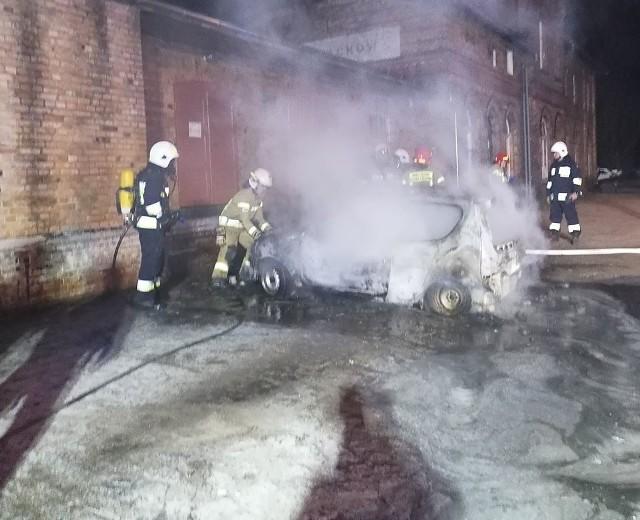 We wtorek 14 kwietnia strażacy z powiatu krośnieńskiego mieli wiele pracy. Najpierw około godziny 20:15 dostali dyspozycję do pożaru traw w Budachowie. Spaliło się około 20 arów. Niecałe dwie godziny później spalił się samochód osobowy w okolicach stacji PKP. Strażacy musieli bronić budynku stacji, gdyż istniało ryzyko rozprzestrzenienia się ognia. Zarówno w jednym, jak i w drugim przypadku były to podpalenia. W akcjach brali udział: JRG Krosno Odrzańskie: GBA OSP Budachów: SLKw OSP Bytnica: GBA KPP Krosno OdrzańskieZOBACZ TAKŻE: Pożar wokół Czarnobyla ugaszony. Ogień strawił 200 hektarów lasu