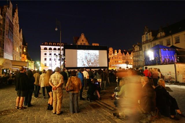 Tradycją jest zaproszenie na bezpłatne pokazy wszystkich chętnych widzów. Te odbywać się będą w Rynku (na pl. Gołębim przy fontannie) o godz. 22.