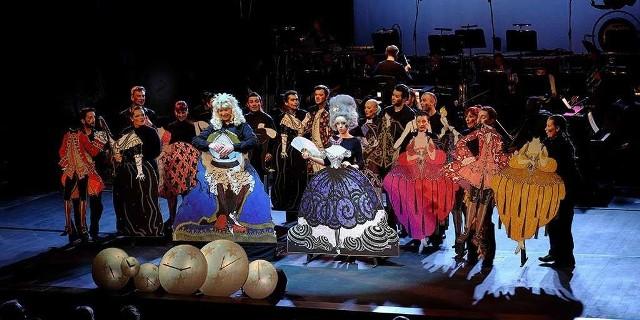 """Dzień Dziecka w Operze na ZamkuPodczas zbliżającego się Dnia Dziecka na scenie Opery na Zamku obejrzymy """"Historię najmniej prawdopodobną"""". Multimedialna opera dziecięca w formie wyprawy muzycznej na motywach baśni Historia najmniej prawdopodobna Hansa Christiana Andersena (od 7 lat). Bohaterem opery jest Czas i jego widomy kształt – Zegar zamieszkujący na operowej wieży zamkowej. To Czas jest czymś """"najmniej prawdopodobnym"""", Zegar zaś jest jednym z jego reprezentacji, także świadkiem czasu, instrumentem ukazywania obrazów w czasie spektaklu.  Akcja toczy się w różnych przestrzeniach Opery na Zamku. Kolejne sceny w różny sposób odnoszą się do tematu czasu i stanowią kolejne obrazy wytwarzane w pełnych godzinach przez niezwykły zegar. Historia najmniej prawdopodobna, 1 czerwca, Opera na Zamku, godz. 17, bilety 25-40 zł."""