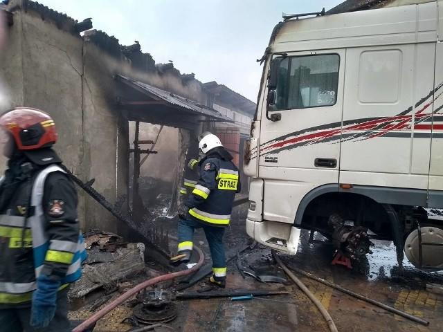 Do zdarzenia doszło w sobotę około godziny 8.50. Strażacy otrzymali zgłoszenie o pożarze garażu w miejscowości Grabówka.