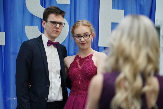 W ostatnią sobotę stycznia odbyła się studniówka Zespołu Szkół Ekonomicznych w Poznaniu. Uczniowie klas maturalnych bawili się w hotelu Novotel. Na miejscu był nasz fotoreporter. Przejdź dalej i zobacz zdjęcia --->