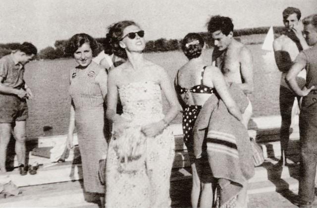 Najmodniejsza w 1955 r. letnia sukienka bez ramiączek prezentowana przez Irenę Szejn.