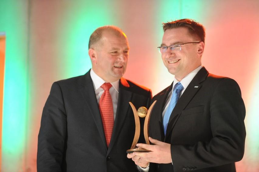 Radosław Gliński, dyrektor Nestro ze Starego Olesna odbierał od marszałka Andrzeja Buły statuetkę w kategorii produkt w sektorze MSP.