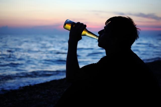 Odradzałbym kategorycznie napojów alkoholowych wysokoprocentowych typu wódka, koniak, natomiast piwo - niskoprocentowe i w małych ilościach nie powinno szczególnie zaszkodzić.