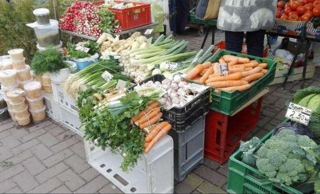 Wszyscy narzekają na ogromną drożyznę. Ceny żywności są rzeczywiście wysokie i to zarówno w sklepach, jak i na rynkach. Szokuje to, ile trzeba zapłacić za tradycyjne warzywa i owoce, które rok temu były znacznie tańsze. Zaskakują ceny ziemniaków, kalafiorów, fasoli. Krzysztof Ratajczyk, handlujący na  Górniaku od 20 lat, twierdzi, że takiej drożyzny nie pamięta.Czytaj na kolejnym slajdzie