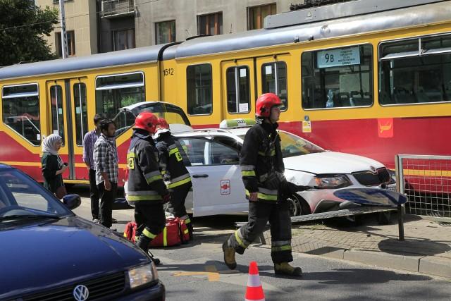 Wypadek na Narutowicza przy Kopcińskiego w Łodzi. Tramwaj zderzył się z taksówką