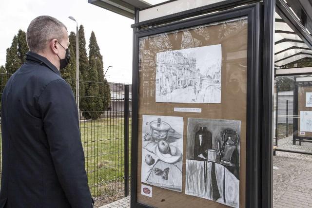 """Takie piękne rysunki będą mogli podziwiać mieszkańcy Łap w oczekiwaniu na autobus w centrum przesiadkowym. Wystawę stworzyli uczestnicy pracowni malarskiej """"Trzy Kolory."""