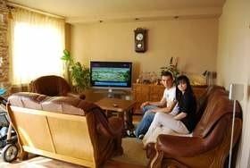 Adrian Frańczak i jego narzeczona Katarzyna najwięcej czasu spędzają w salonie.