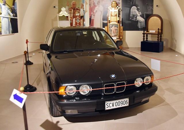 BMW Jana Pawła II i papieskie trony na wystawie, na Jasnej Górze