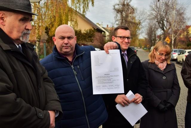 Pod interpelacją podpisało się ośmioro radnych opozycji: Anna Mikołajczak-Cabańska, Marcin Wroński, Andrzej Kieraj, Maciej Basiński, Ryszard Rosiński, Marek Słabiński, Jan Koziorowski i Stanisław Skoczylas.