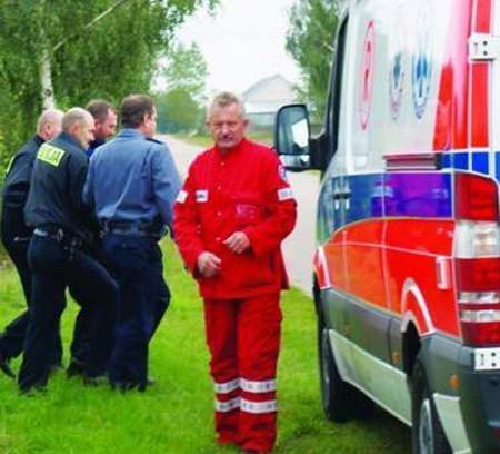 Nasz fotoreporter uwiecznił, jak policjanci doprowadzają chorego księdza do karetki, która odwiezie go do odtrołęckiego szpitala, 18 września 2008 r.