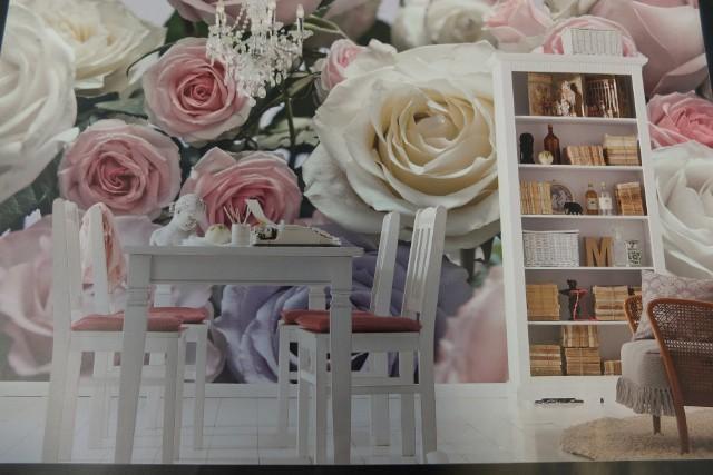 tapetyKwiecista fototapeta w jadalni znakomicie wygląda w zestawieniu z białymi meblami.