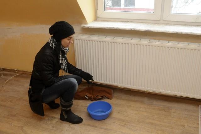 - Z popękanych rur wystaje lód - mówi pani Arleta- Z popękanych rur w mieszkaniu wystaje lód - mówi pani Arleta