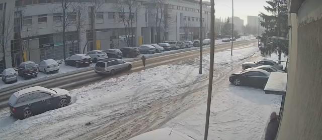 Do wypadku doszło 10 lutego br. na ul. Piątkowskiej w Poznaniu. Chłopiec wbiegł na jezdnię tuż przed nadjeżdżający samochód
