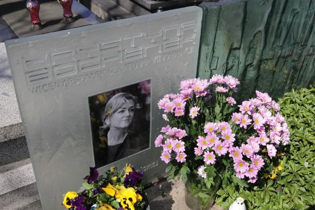 Kwiaty na grobie senator Krystyny ochenek