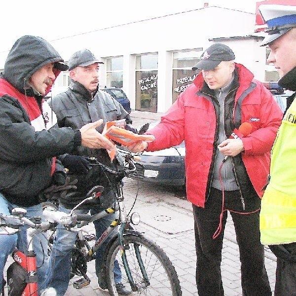 """Dariusz Przybyliński i Jacek Chlebowski z  Inowrocławia (na zdjęciu na rowerach) to jedni z  pierwszych, którzy wzięli udział w akcji  """"Widoczny - bezpieczny""""."""