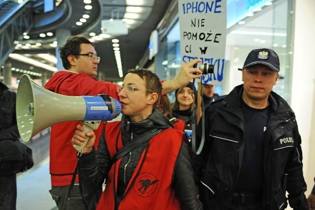 Protest przeciwko wyzyskowi pod sklepem Apple w Poznaniu