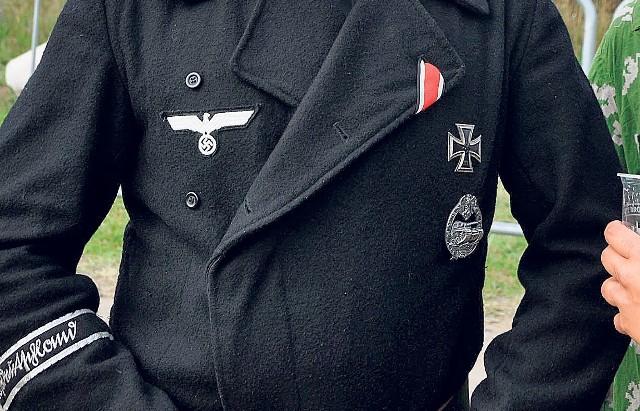 Od lat wielkie kontrowersje budziły osoby zakładające mundury zbrodniczych formacji z czasów II wojny światowej, które bez cienia żenady mieszały się z tłumem gości.