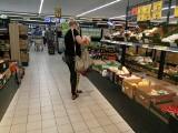 Pracownicy sklepów nie chcą pracować w niedziele niehandlowe, a lista czynnych sklepów się wydłuża. Kasjerzy grożą odejściem z pracy