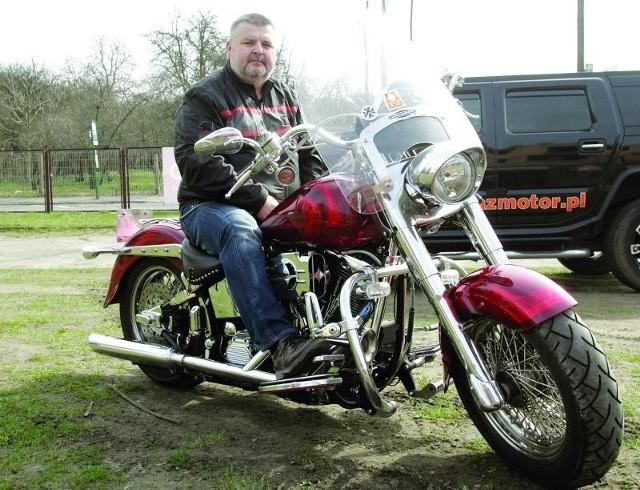 Wojciech Hera na motocyklu jeździ od blisko 50 lat. Harleya kupił 10 lat temu. - Nie można nim szaleć, bo przy 185km/h odcina się zapłon. Jednak ten motocykl nie jest od szybkiego jeżdżenia - przyznaje.