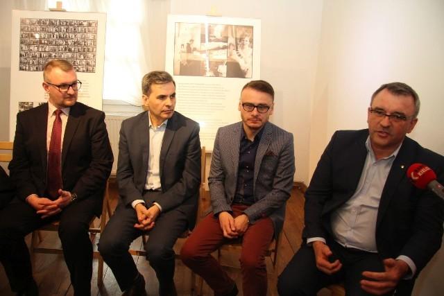 Od lewej Mariusz Masny, dyrektor Muzeum Wsi Kieleckiej, Stanisław Wróbel, redaktor naczelny Echa Dnia, reżyser Konrad Łęcki oraz Piotr Żołądek, członek zarządu województwa świętokrzyskiego.